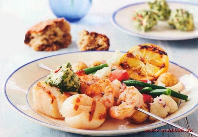 Grillede kammuslinger og rejer med krydderurtesmør og marinerede grønsager